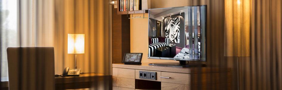Nahaufnahem Schreibtisch/ Fernseher der Deluxe Kategorie