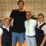 Dirk Nowitzki mit Mitarbeitern