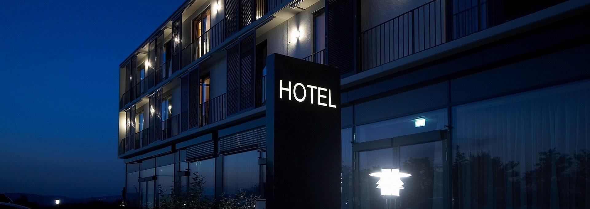 Aufnahme Atrium Hotel bei Nacht