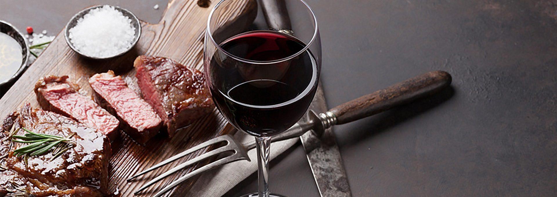 Detailaufnahme Steak, Rotweinglas