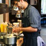 Azubitag 2019 - Es war einmal - Küche Azubi beim Abschmecken