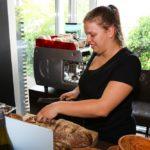 Azubitag 2019 - Es war einmal - Service Azubi beim Brot schneiden